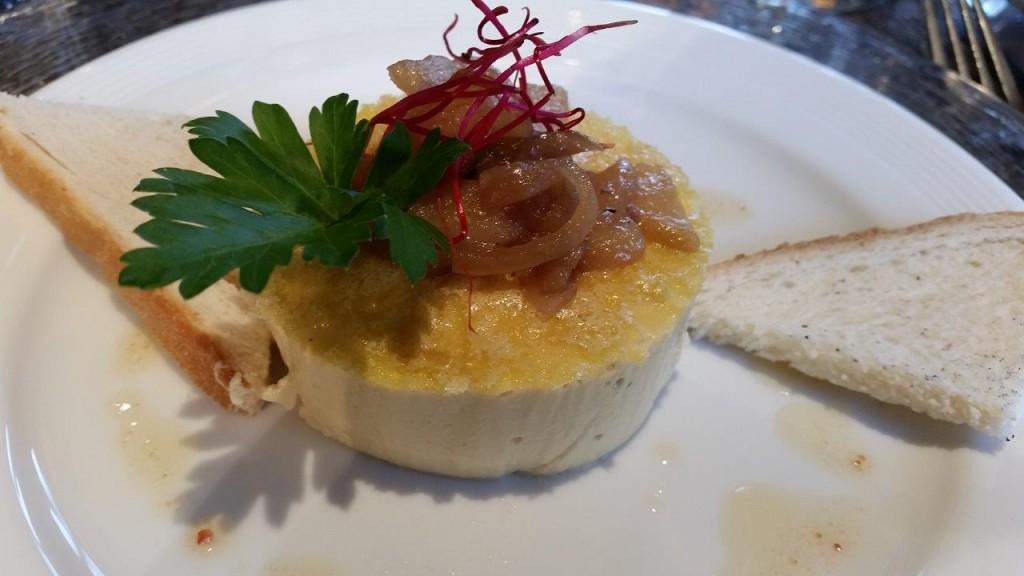 Flan de foie gras de canard, chute poire et noix, alfafa et toasts grillés