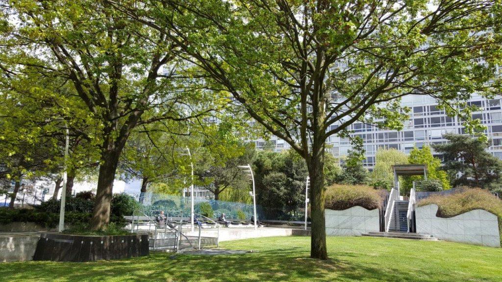 Promenade insolite en haut de la gare montparnasse dans le for Le jardin 75015