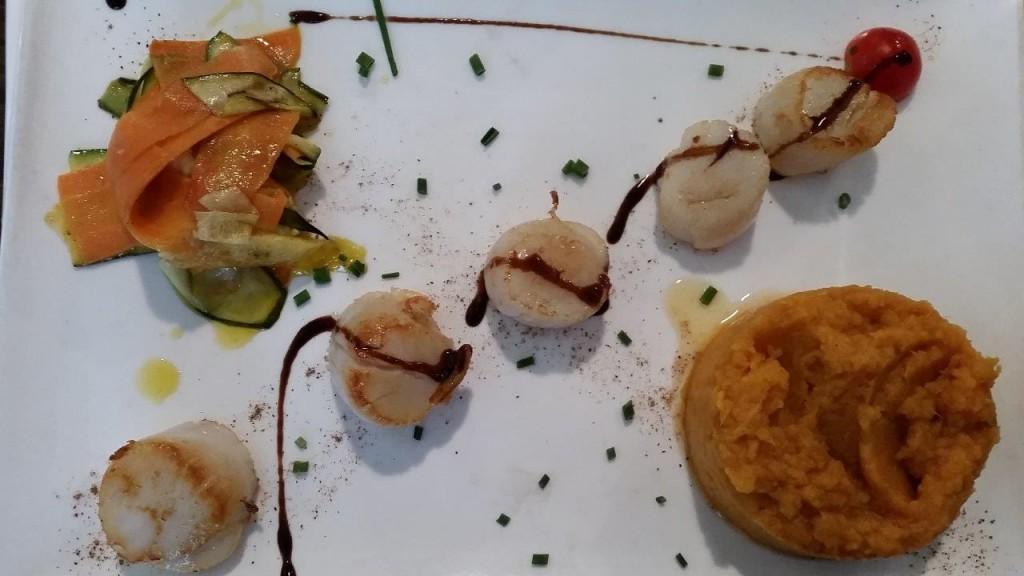 Noix de Saint Jacques bretonnes, purée de patates douces à la cannelle et ses petits légumes poêlés