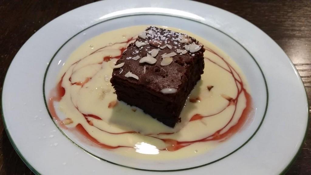 Moelleux au chocolat, crème Anglaise et amandes effilées