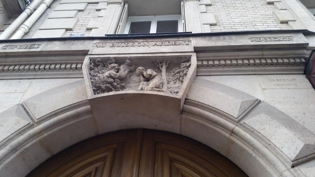 Fronton du porche du 25 rue Jussieu