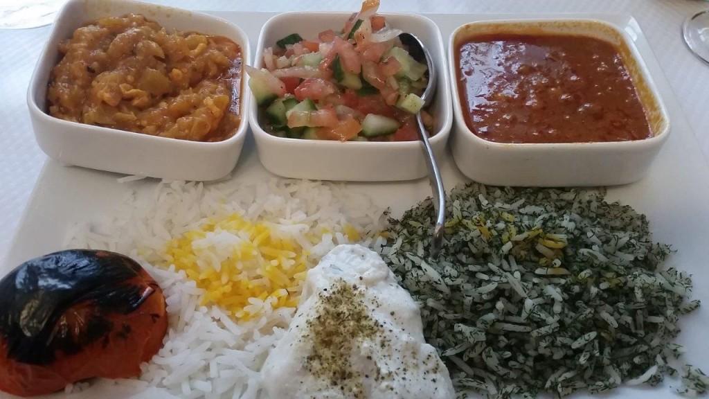 Assiette mixte végétarienne : Mirzaghasemi, Salade shirazi, Tomate grillée...