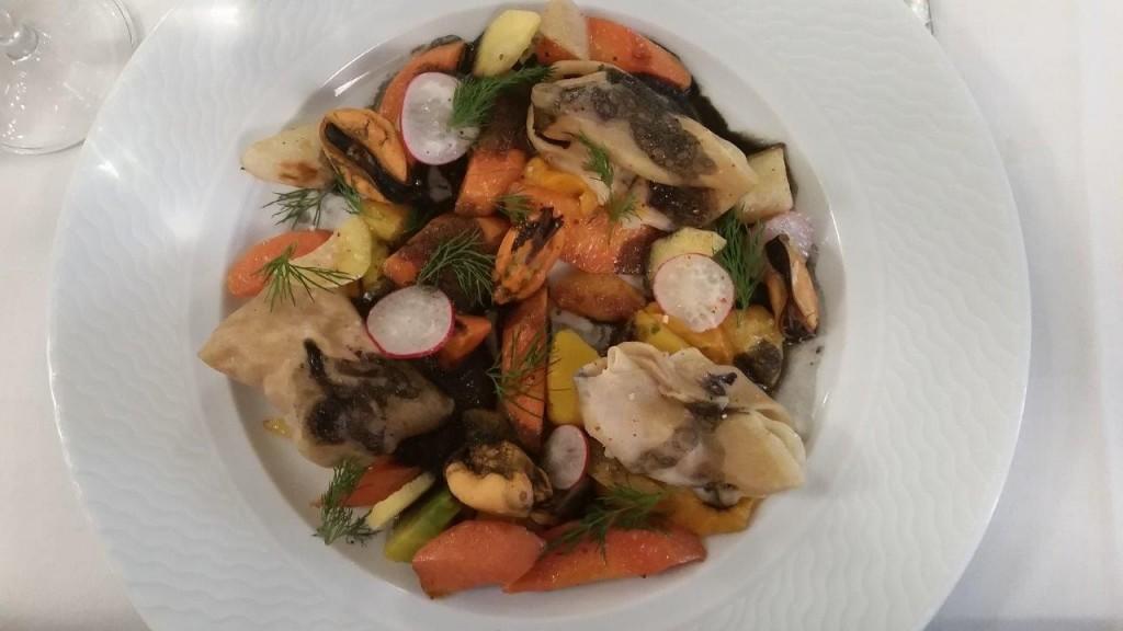 Homard en ravioles, mousseline de racines, légumes de saison, jus à l'encre