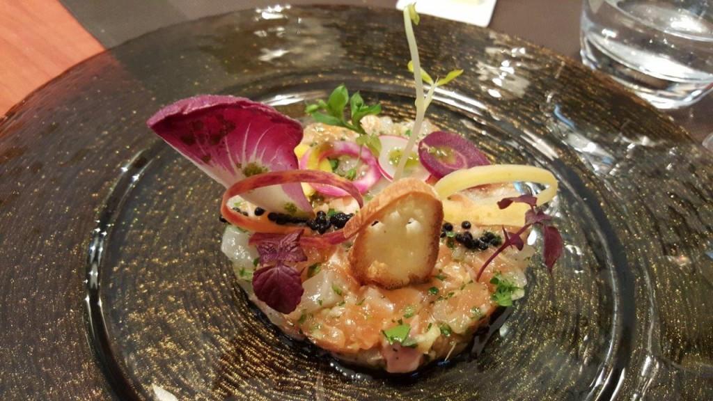 Tartare de bar, saumon et huîtres fines de Claire, toast grillé