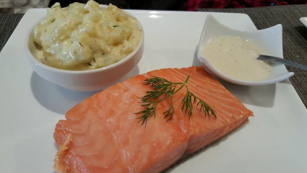 """Pavé de saumon fumé à chaud """"Bradan roast"""". Écrasé de pommes de terre tièdes à la crème"""
