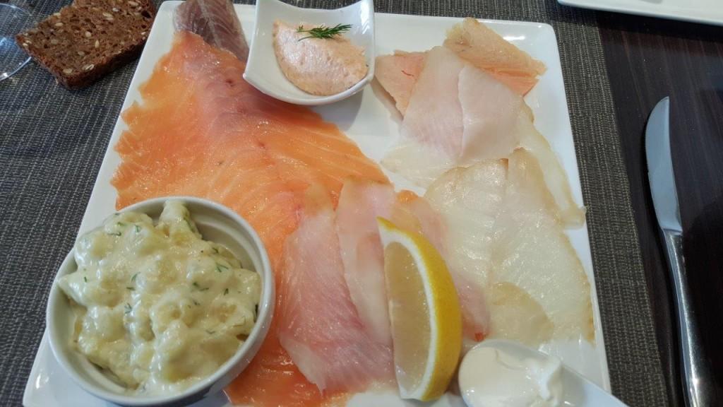 Grande assiette La Baltik - Saumon fumé norvégien, flétan fumé, truite fumée à chaud, anguille fumée sauvage de Loire, tarama au crabe