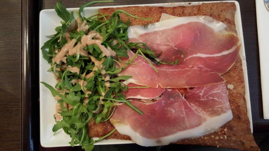 Galette Mistral : emmental, mozarella, tomates fraîches, olives, basilic, jambon de parme, parmesan, salade roquette