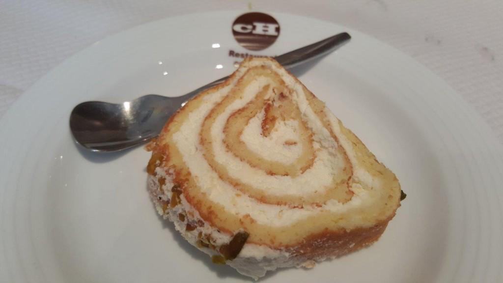 Roulette - gâteau persan à la crème, eau de rose, pistache
