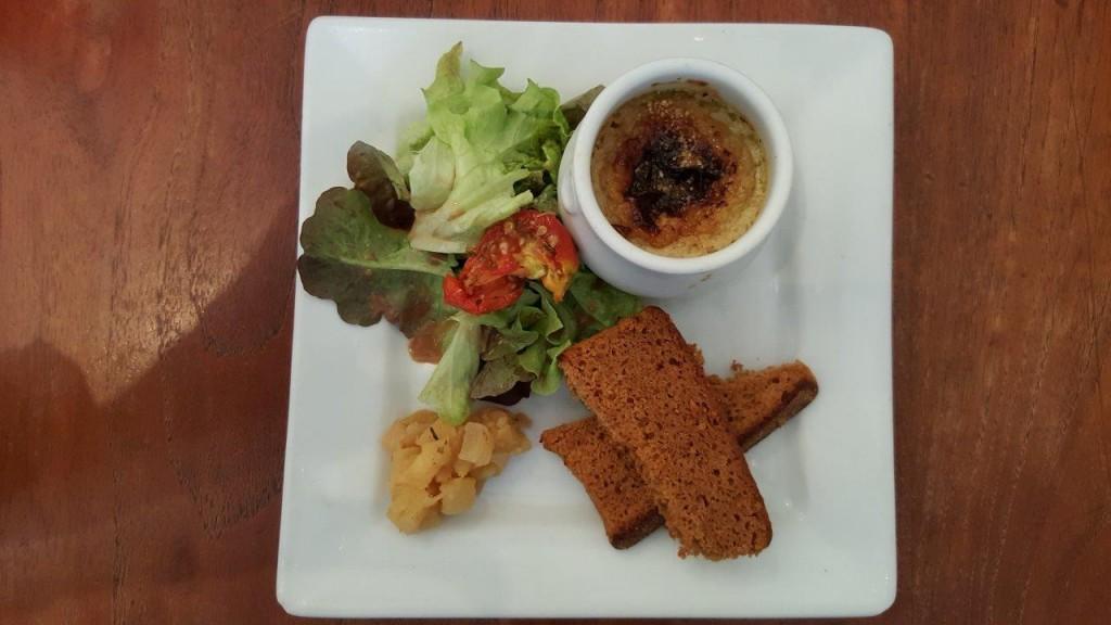Crème brûlée de foie gras de canard, chutney de pomme et pain d'épice toasté