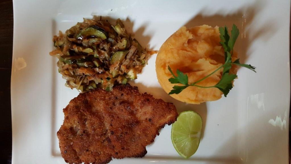 Filet de poulet pané à la purée de patate douce et légumes grillés