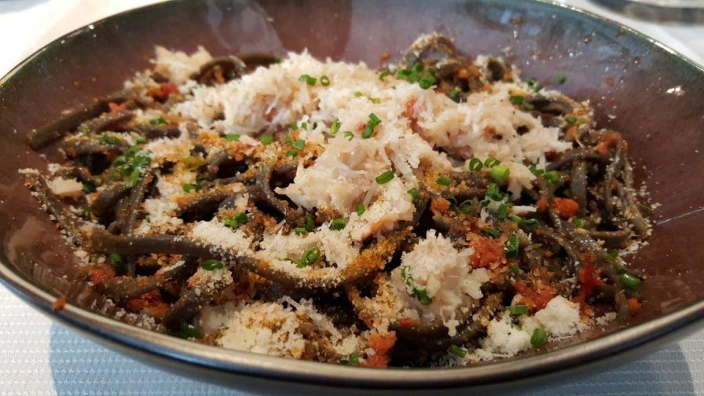 Linguine à l'encre de seiche, chair de crabe et Nduja de porc