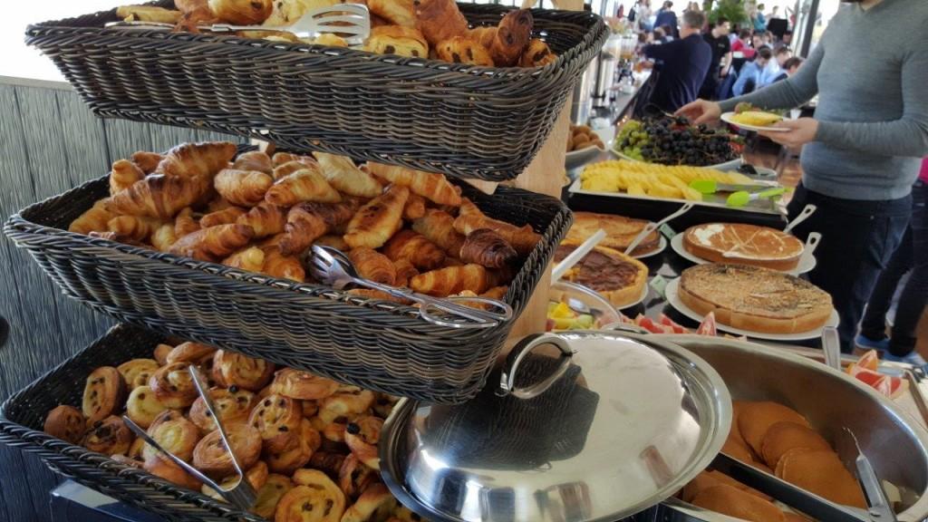 viennoiseries chaudes (pains au chocolat, croissants, pains au raisin), pancakes maisons, petits pains