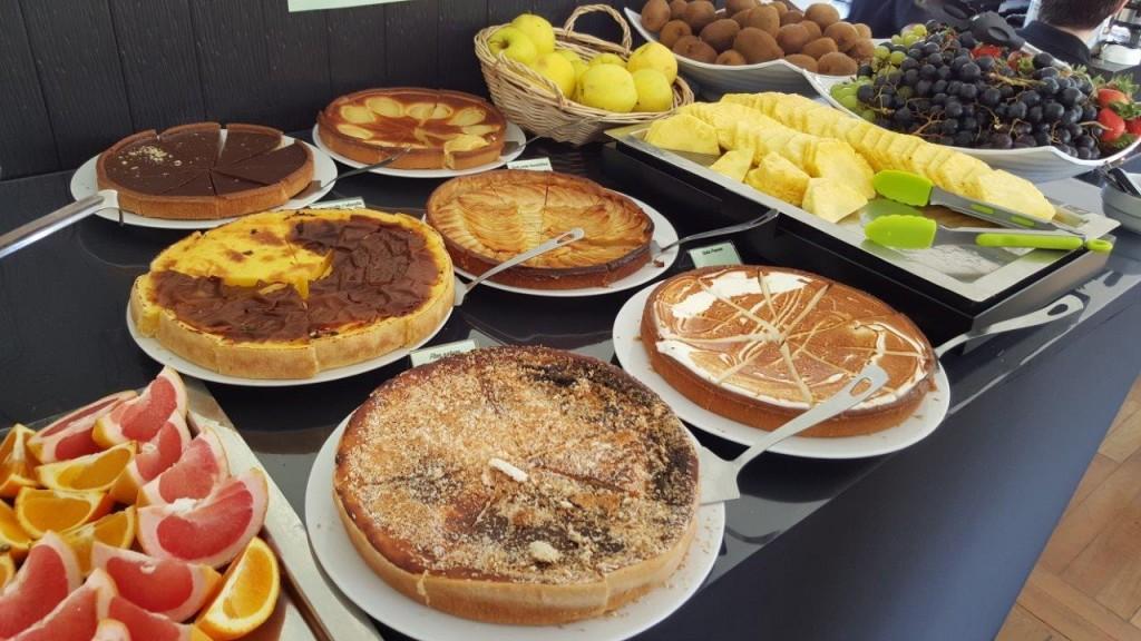 fruits, des salades de fruits, du fromage blanc, des tartes, des gâteaux