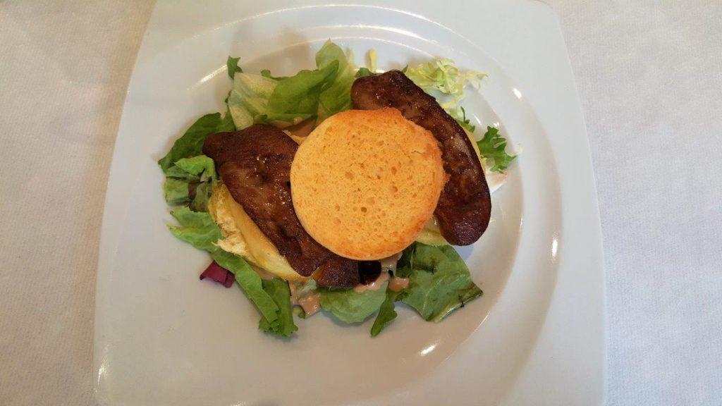 Foie gras poêlé sur lit de pomme et brioche