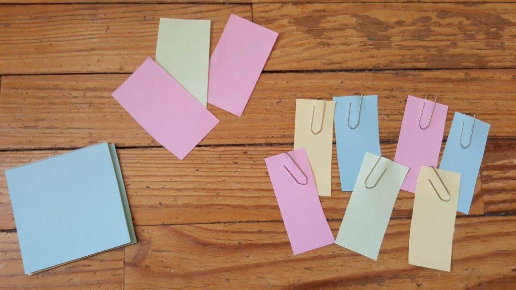 Découper dans des post-it ou feuilles de couleur 7 bande assez larges de papier