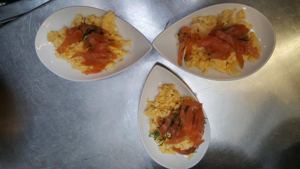 Des œufs brouillés aux fines herbes et saumon fumé