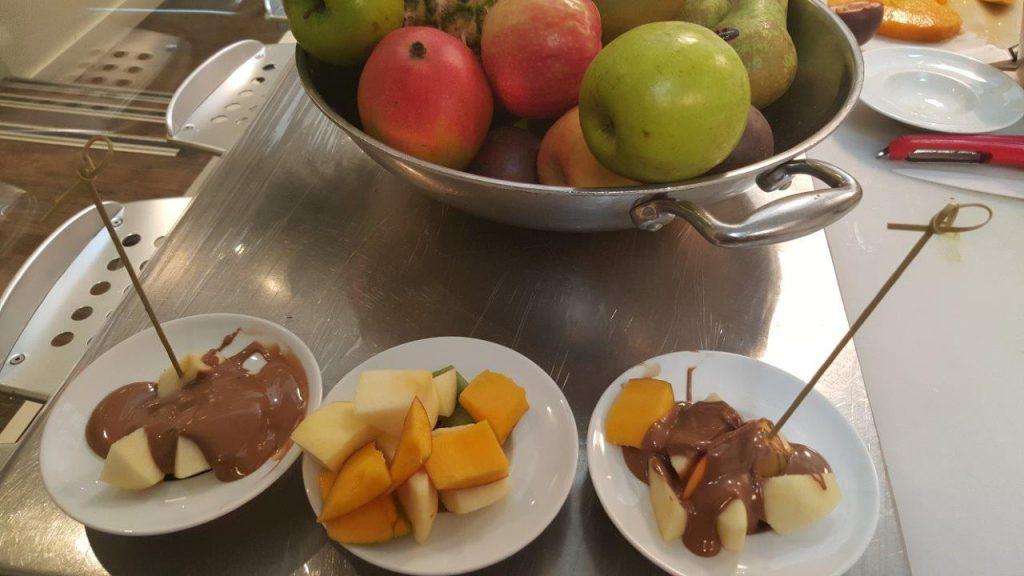Une fondue au chocolat au lait et brochette de fruits de saison
