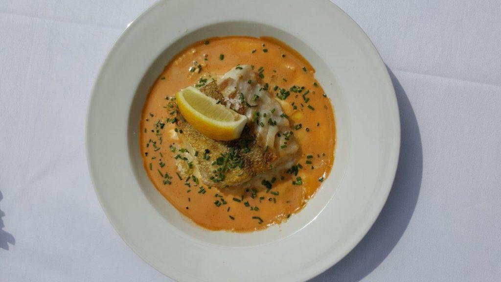 Filet de lieu jaunes rôti, ravioles du Dauphiné et coulis de crustacé