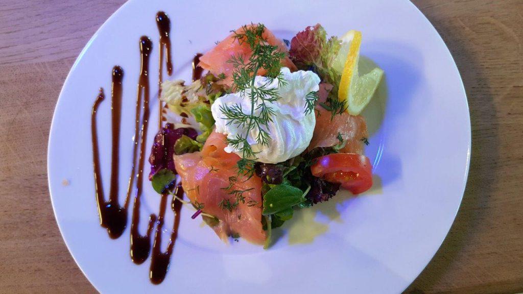 Salade de saumon fumé et son oeuf poché