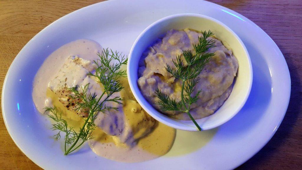 Pavé de merlu en ligne de Saint de Luz servi avec une purée d'artichaut et pôles de terre, beurre blanc à l'aneth