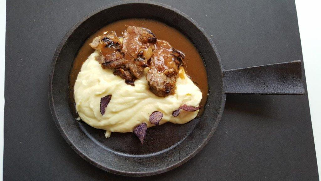 Pluma ibérique, mousseline de pommes de terre et chips de vitelotte