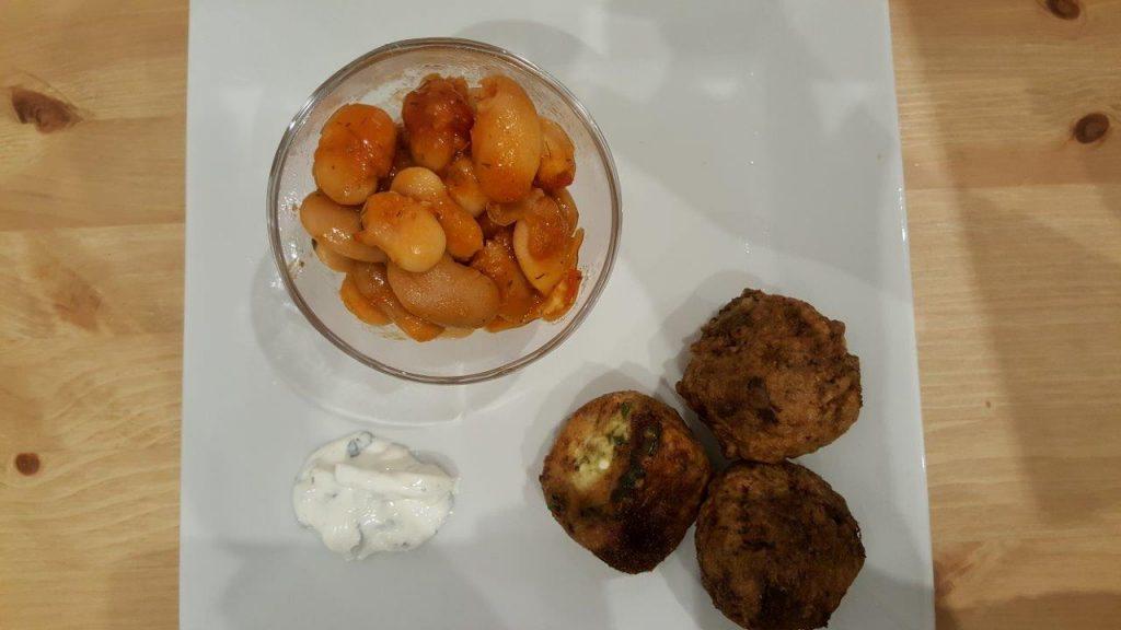 Keftedes : 3 boulettes(viande de bœufs aux herbes, courgette-feta) avec haricots géants à la tomate