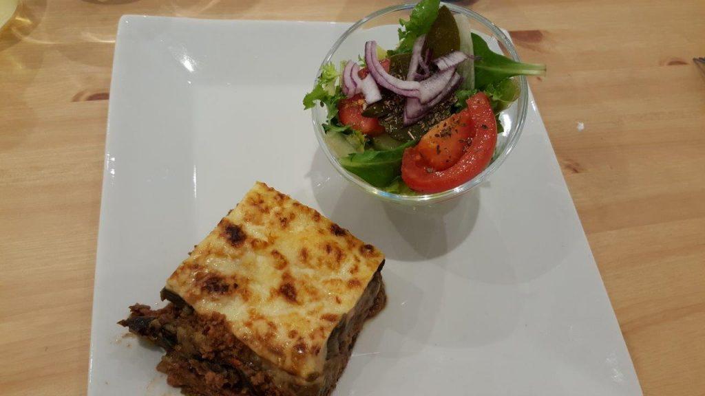 Moussaka : lamelles d'aubergines, viande de bœuf hachée et béchamel avec salade