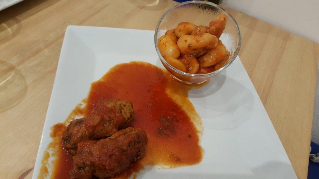 Soutsoukakia : boulettes de viande de bœuf aux herbes grecques et à la sauce tomate avec haricots géants à la tomate