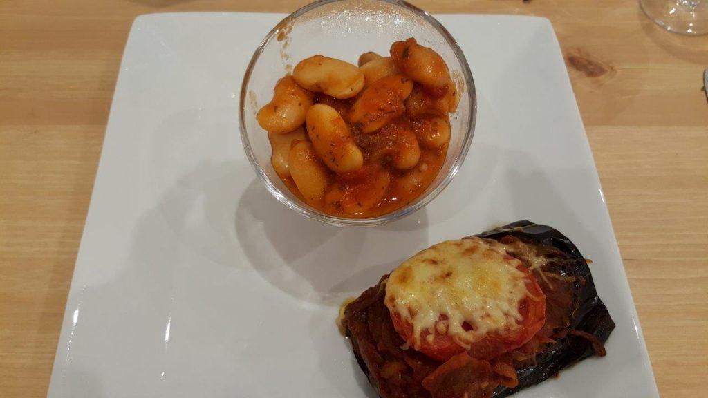 Imam : aubergine farcie à la tomate, aux oignons et aux pignons de pin avec haricots géants à la tomate
