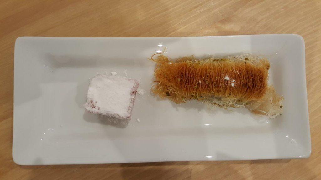 Assortiments de pâtisseries grecques : kadaïf avec un Loukoum de Syros