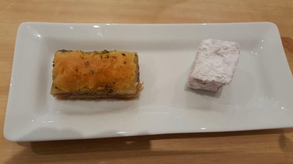 Assortiments de pâtisseries grecques : baklava avec un Loukoum de Syros