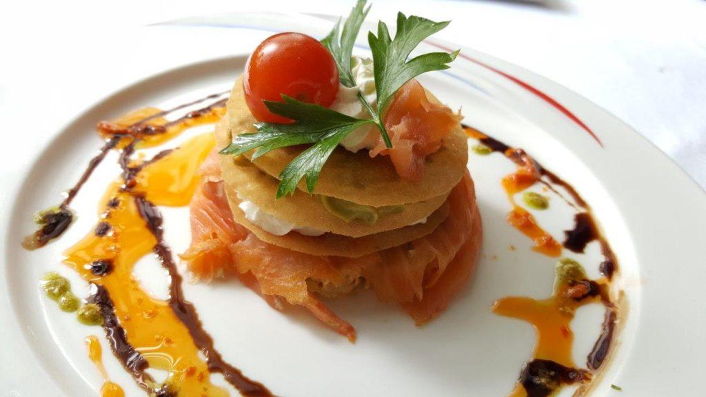Croustillant de saumon fumé, caviar d'avocat, fromage aux fines herbes
