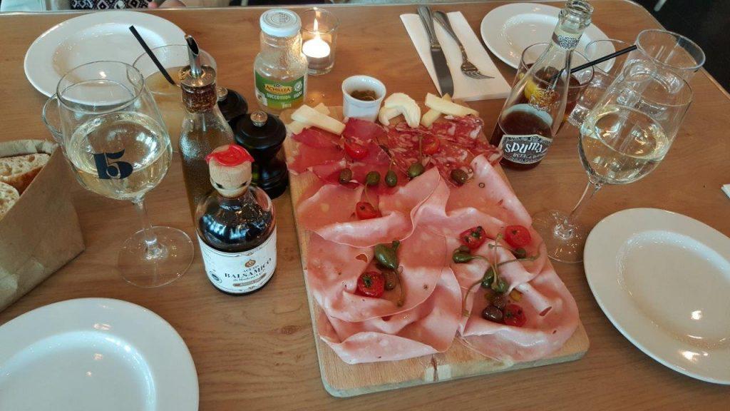 Salumi e formaggi misti : assortiment de charcuteries et fromages
