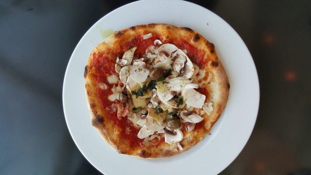 Pizza Diva : tomate, mozzarella, jambon cuit aux herbes, champignons et olives taggiasche