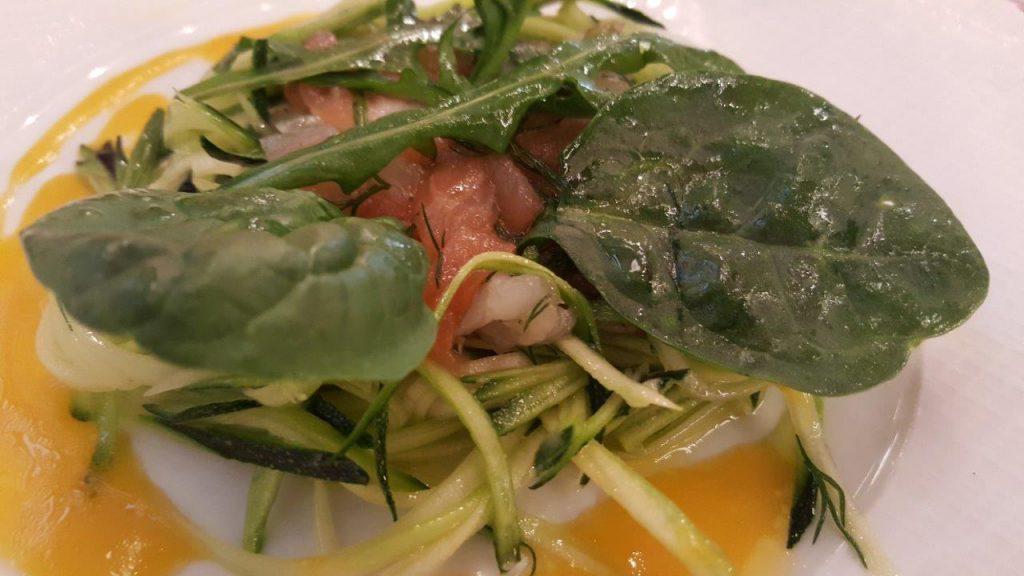 Tartare de bar et saumon, courgettes et vinaigrettes aux agrumes