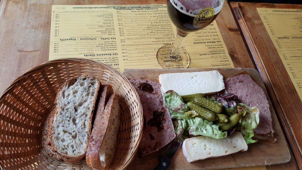 Planche mixte : pâté au pruneaux, pâté aux deux foies, vieux Lille, carré du Vinage