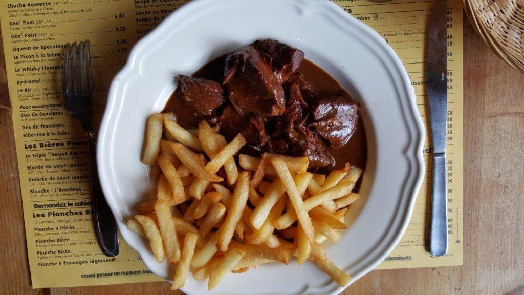 Carbonnades flamandes : petits morceaux de bœuf cuisines à la bière ambrée des Flandre et pain d'épices et cassonade brune