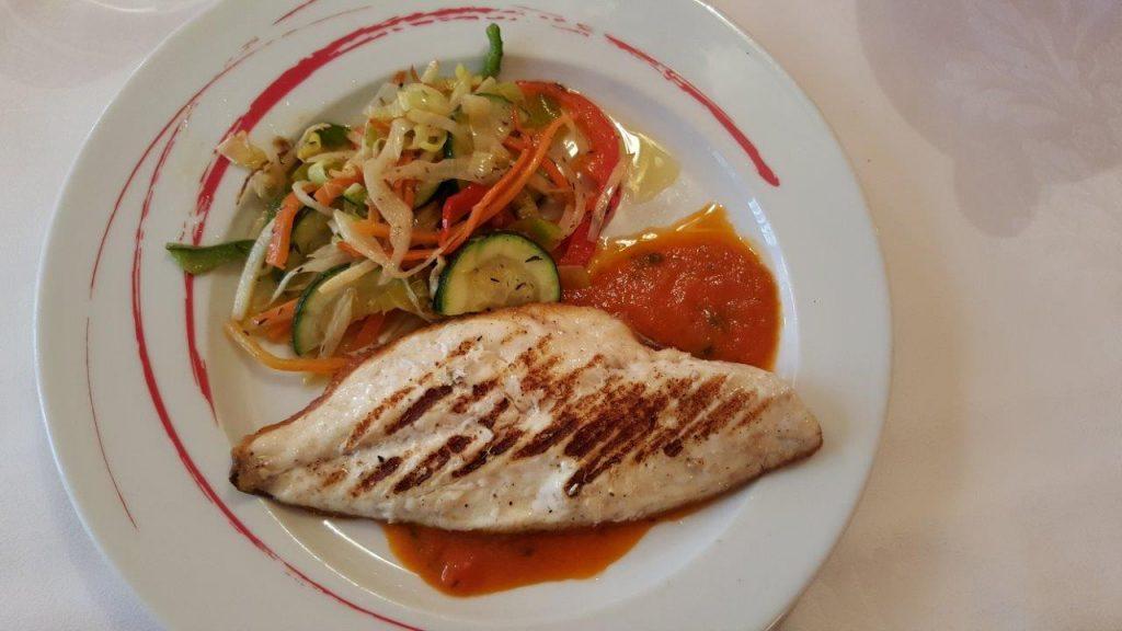 Filet de dorade grillé, poêlées de légumes, sauce tomate et basilic