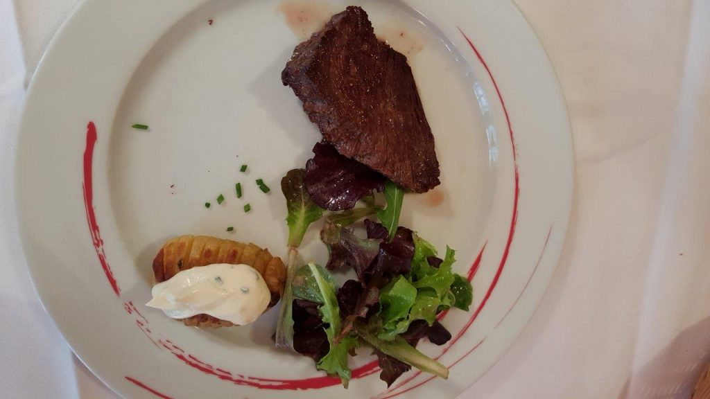 Pièce du boucher, pommes au four, fromage blanc et ciboulette
