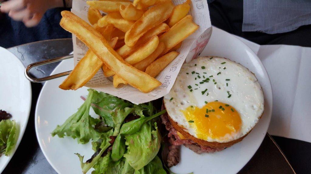 Royal potatoes burger : steak haché, œuf sur le plat, galettes de pommes de terre, cheddar, oignon rouge, tomate, salade, sauce burger