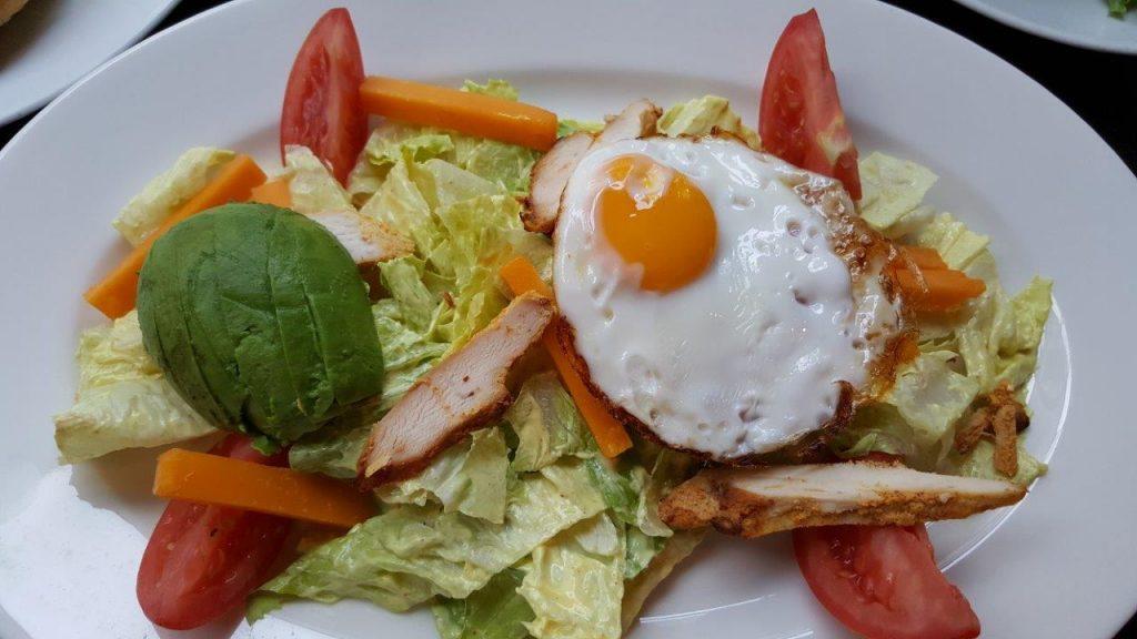 La Charlie salad : poulet tandoori, oeuf au plat, cheddar, avocat, tomates, romaine, sauce philadelphia