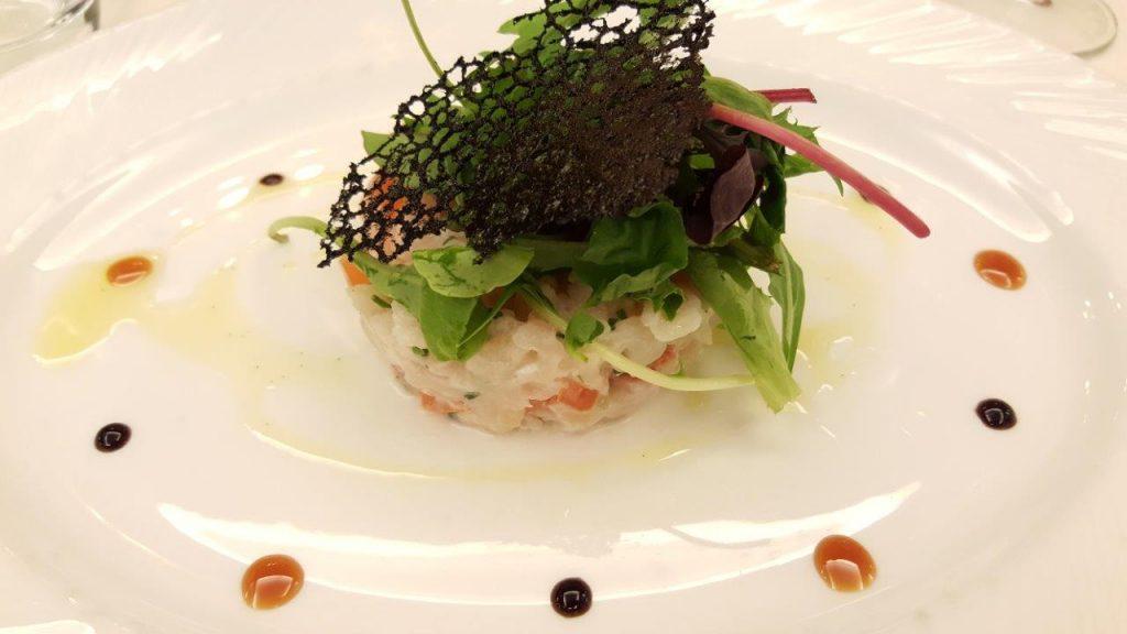 Tartare d'églefin au lait coco et citron vert, salade de jeune pousse