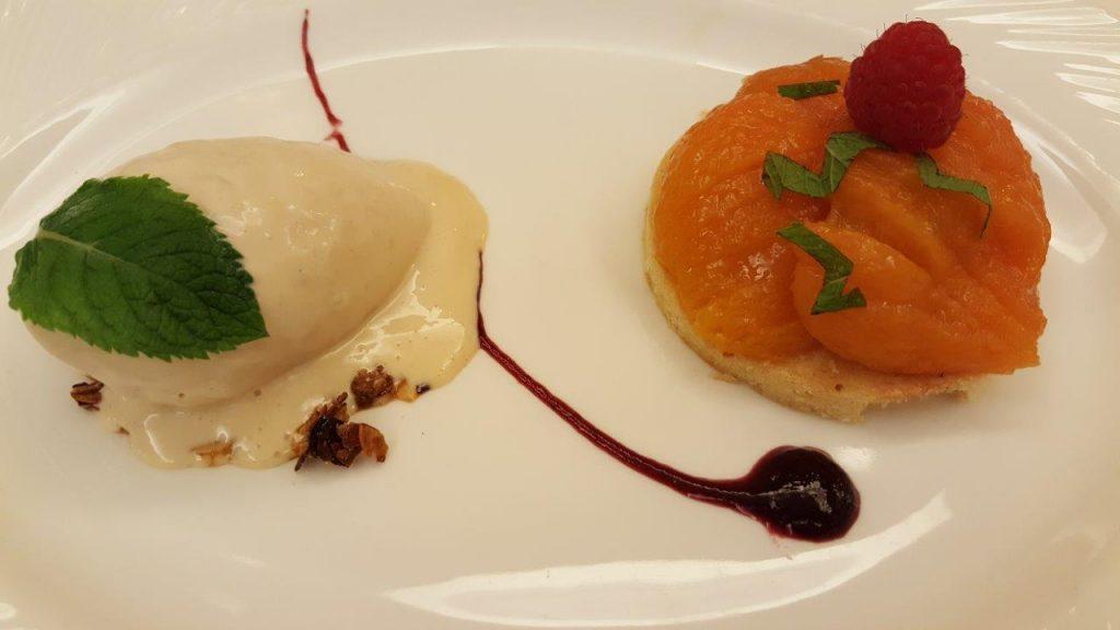 Abricots poches sirop citronnelle, sablé breton glace noisette