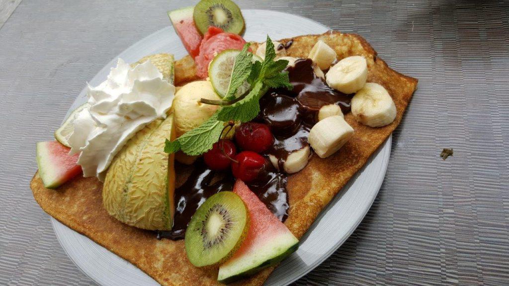 Crêpe Split : Banane, sauce chocolat, chantilly maison, glace vanille et fraise