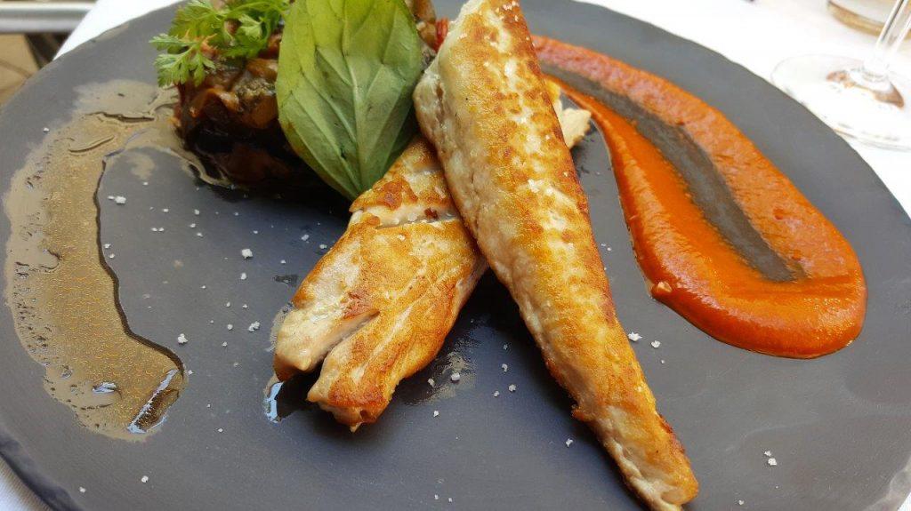 Un filet de bonite plancha, peperonata et basilic frais