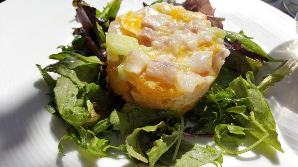 Un tartare de bar aux agrumes, concombre frais et mesclun de Sicile