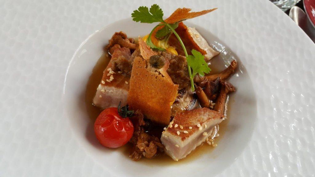 Thon albacore et légumes de saison snackés, caviar d'aubergine, bouillon clair au piment d'Espelette, citronnelle et gingembre