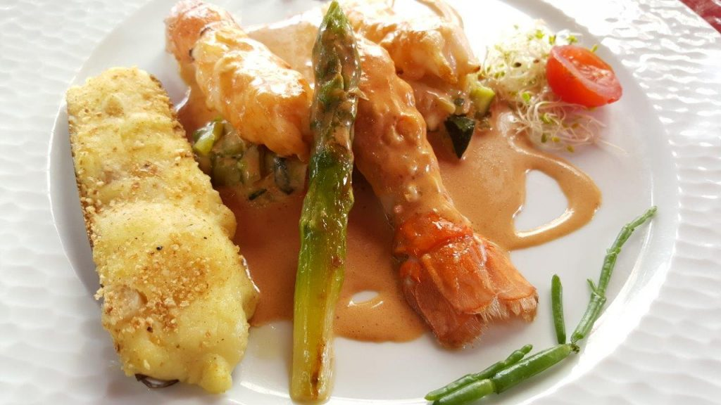 Langoustines de nos côtes, rôties, gratiné de couteaux, chaud froid d'asperges vertes, bisque de homard