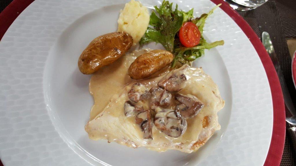 Filet de poulet, sauce crémée et légumes