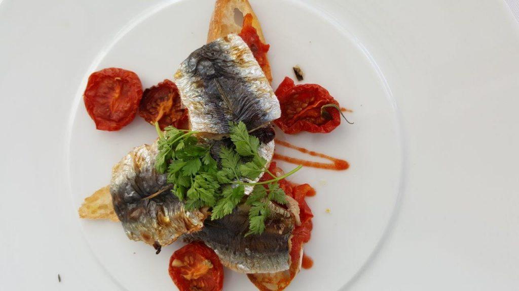Sardines fraîches justes saisies, pain grillé, tomates